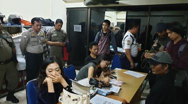 Petugas Gabungan Tengah Mendata Sejumlah PSK yang Terjaring Operasi di Apartemen Kebagusan City. (Foto: Nanda Perdana Putra/Liputan6.com)