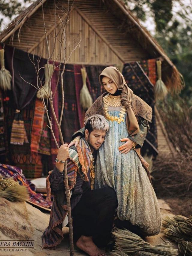 6 Potret Maternity Shoot Irish Bella Bertema Etnik dalam Balutan Hijab Tradisional