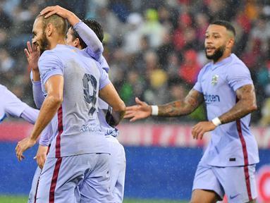 Barcelona menelan kekalahan saat melakoni laga ujicoba keempat di masa pramusim 2021/22 melawan klub asal Austria, RB Salzburg. (Foto: AFP/Barbara Gindl)