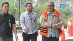 Direktur Utama PT PLN nonaktif Sofyan Basir dikawal petugas saat tiba untuk menjalani pemeriksaan oleh penyidik di Gedung KPK. Jakarta, Selasa (11/6/2019). Sofyan Basir diperiksa sebagai tersangka terkait menerima suap dalam pembangunan proyek PLTU Riau-1. (merdeka.com/Dwi Narwoko)