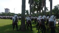 Polisi bersorban dan berpeci putih mengamankan demo 4 November di Jakarta. (Liputan6.com/Hanz Jimenez Salim)