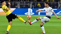 Bek Tottenham Hotspur Ben Davies (kanan) berebut bola dengan penyerang Borussia Dortmund Jadon Sancho pada leg kedua babak 16 besar Liga Champions di Stadion BVB, Dortmund, Jerman, Selasa (5/3). Tottenham lolos ke perempat final. (AP Photo/MartinMeissner)