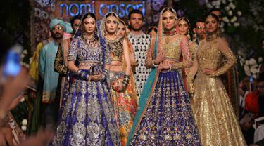 Para model mengenakan pakaian tradisional Pakistan rancangan desainer Nomi Ansari selama peragaan busana yang digelar oleh Loreal Paris Pakistan Fashion Design Council di Lahore, Selasa (4/9). (AP Photo / K.M Chaudary)