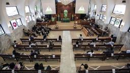 Jemaat menerapkan jaga jarak aman saat mengikuti misa di Gereja Protestan Indonesia Bagian Barat (GPIB) Effatha, Jakarta, Minggu (5/7/2020). GPIB Effatha membatasi jumlah jemaat menjadi 30 persen serta mewajibkan mencuci tangan, menggunakan masker, dan jaga jarak aman. (Liputan6.com/Johan Tallo)