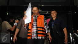 Ketua Fraksi PDIP DPRD Kab Muba, Bambang Karyanto menutupi wajahnya usai menjalani pemeriksaan terkait kasus suap pembahasan RAPBD Kab Muba, Sumsel di gedung KPK Jakarta, Sabtu (20/6/2015). (Liputan6.com/Helmi Fithriansyah)