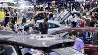 Sejumlah pengunjung memadati pameran otomotif GIIAS 2017 di ICE BSD, Tangerang, (19/8/2017). Pameran otomotif terbesar se-Asia Tenggara tersebut menampilkan 30 merek mobil dan produk otomotif lainnya. (Bola.com/M iqbal Ichsan)