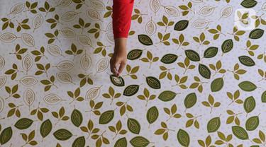 Perajin batik sedang menyelesaikan proses pembuatan batik tulis di Sanggar Batik Kembang Mayang, Larangan, Tangerang, Banten, Minggu (19/7/2020). Proses pembuatan batik di sanggar tersebut mulai berjalan kembali setelah terhenti saat diberlakukan PSBB. (Liputan6.com/Angga Yuniar)