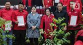 Ketua Umum PDIP Megawati Soekarnoputri (ketiga kanan) beserta Ketua DPP PDIP Puan Maharani (ketiga kiri) saat pengumuman nama calon kepala daerah dan calon wakil kepala daerah di DPP PDIP, Jakarta, Rabu (19/2/2020). PDIP mengumumkan 48 nama calon untuk maju Pilkada 2020. (Liputan6.com/Faizal Fanani)