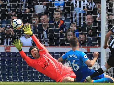 Pemain Newcastle United, Matt Ritchie (kanan) mencetak gol kedua untuk kemenangan timnya atas Arsenal pada lanjutan Premier League di St James' Park, Newcastle, (15/4/2018). Newcastle menang 2-1. (AFP/ Lindsey Parnaby)