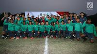 Ketua Umum PSSI, Edy Rahmayadi (kaos merah) bersama Timnas Indonesia U-16 saat pelepasan di Lapangan Atang Sutresna, Jakarta, Rabu (13/9). Timnas Indonesia U-16 akan berlaga pada kualifikasi Piala Asia U-16 di Thailand. (Liputan6.com/Helmi Fithriansyah)