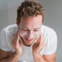 Cuci muka memiliki manfaat yang besar untuk wajah, para pria pun tak boleh melewatkan hal ini.