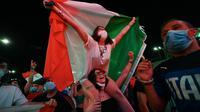Dalam pertandingan yang dimenangkan oleh Timnas Italia membuat mereka senang dan melakukan selebrasi diluar Stadion Olimpico. (Foto: AFP/Andreas Solaro)