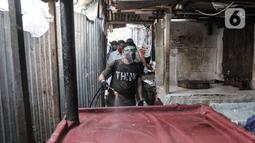 Petugas menyemprotkan cairan disinfektan saat sterilisasi rutin Pasar Sumur Batu, Kemayoran, Jakarta, Rabu (8/7/2020). Pengelola Pasar Sumur Batu rutin melakukan penyemprotan disinfektan setiap Senin, Rabu, dan Jumat guna mencegah penyebaran virus corona COVID-19. (merdeka.com/Iqbal S. Nugroho)