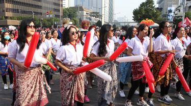 Srikandi Milenial menggelar flash dance di Car Free Day (CFD) kawasan Thamrin, Jakarta, Minggu (29/9/2019). Mereka mengajak warga menari bersama para pengunjung CFD. (Liputan6.com/Herman Zakharia)