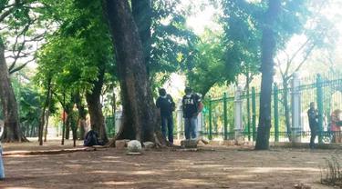 Polisi mencari barang bukti di lokasi ledakan di Monas. (Merdeka.com/Ronald)