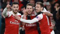 Gelandang Arsenal, Aaron Ramsey berselebrasi dengan rekan setimnya setelah mencetak gol ke gawang Napoli pada leg pertama perempat final Liga Eropa di Stadion Emirates, Kamis (11/4). Arsenal mendekatkan diri ke semifinal setelah berhasil mengalahkan Napol