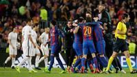 Para pemain Barcelona merayakan kemenangan usai pertandingan melawan PSG pada leg kedua babak 16 besar Liga Champions di stadion Camp Nou, Spanyol (9/3). Barcelona menang 6-1 (agregat 6-5). (AP Photo/Emilio Morenatti)