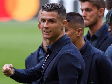 Striker Juventus, Cristiano Ronaldo mengecek lapangan saat melakukan walkabout di Johan Cruyff ArenA di Amsterdam, Belanda (9/4). Juventus akan bertanding melawan Ajax pada leg pertama babak perempatfinal Liga Champions. (AP Photo/Peter Dejong)