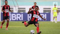 Penyerang Persipura Gunansar Papua Mandowen mencoba mencetak gol dari luar kotak penalti dalam laga pekan kedua BRI Liga 1 2021/2022 antara Persela Lamongan melawan Persipura Jayapura di Stadion Wibawa Mukti, Cikarang, Jumat (10/9/2021). Persela menang 1-0. (Bola.com/Bagaskara Lazuardi)