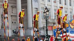 Sejumlah orang bermain enggrang selama perayaan Hari Nasional Belgia di Brussels, Kamis (21/7). Belgia dalam status waspada sejak tragedi Bom Brussels yang menewaskan 34 orang pada 22 Maret 2016 lalu. (Foto: Arie Asona)