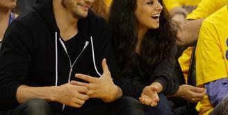 Beberapa waktu yang lalu, Mila Kunis membuat pernyataan yang membuat publik sontak heboh. Ternyata, Mila Kunis enggan memakai cincin pernikahannya dari sang suami, Asthon Kutcher, mengapa begitu?. (AFP/Bintang.com)