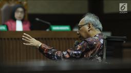 Terdakwa perintangan penyidikan korupsiE-KTP, Bimanesh Sutarjomenjawab pertanyaan saat menjalani sidang lanjutan di Pengadilan Tipikor, Jakarta, Kamis (7/6). Sidang mendengar keterangan terdakwa. (Liputan6.com/Helmi Fithriansyah)