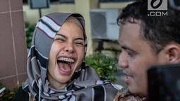 Aktris Nikita Mirzani tertawa saat mendatangi Polres Metro Jakarta Selatan, Rabu (24/10). Kedatangan Niki menjalani pemeriksaan terkait laporannya terhadap pengusaha Sam Aliano. (Liputan6.com/Faizal Fanani)