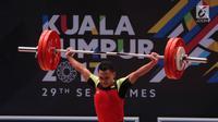 Lifter Indonesia Eko Yuli Irawan saat berlaga dalam cabang angkat besi putra nomor 62 kg SEA Games 2017 Kuala Lumpur, Malaysia, Senin (28/8). Eko Yuli kalah bersaing dengan lifter Vietnam, Trịnh Văn Vinh. (Liputan6.com/Faizal Fanani)