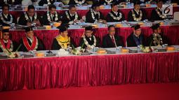 Kapolri Jenderal Tito Karnavian (tengah) menghadiri pengukuhan dirinya sebagai guru besar untuk studi strategis kajian kontra terorisme di Sekolah Tinggi Ilmu Kepolisian Perguruan Tinggi Ilmu Kepolisian, Kamis (26/10). (Liputan6.com/Faizal Fanani)