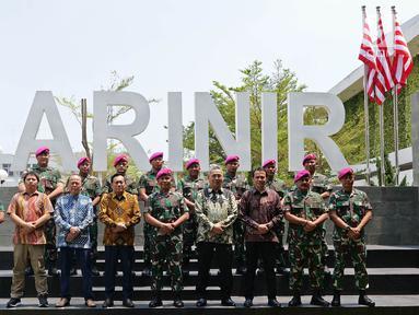 Mayor Jenderal TNI (Mar) Suhartono (kelima kanan) beserta jajaran foto bersama dengan Direktur Utama Indosiar Imam Sudjarwo (kelima kiri) usai silaturahmi di Markas Komando Korps Marinir, Jakarta, Kamis (26/9/2019). (Liputan6.com/Herman Zakharia)