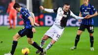 Striker Juventus, Federico Bernardeschi, berebut bola dengan gelandang Atalanta, Marten de Roon, pada laga Serie A Italia di Stadion Atleti Azzurri, Bergamo, Sabtu (23/11). Atalanta kalah 1-3 dari Juventus. (AFP/Miguel Medina)
