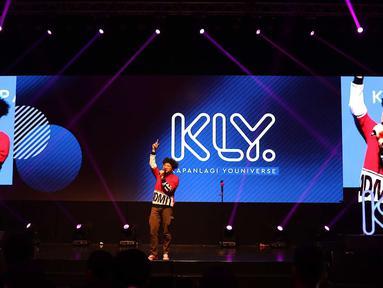 Penyanyi Kunto Aji tampil dalam acara XYZ Day 2018 di Jakarta, Rabu (25/4). XYZ Day 2018 merupakan ajang perkenalan dari bersatunya media daring terkemuka yaitu PT Liputan Enam Dot Com dan PT KapanLagi Dot Com Networks. (Liputan6.com/Immanuel Antonius)