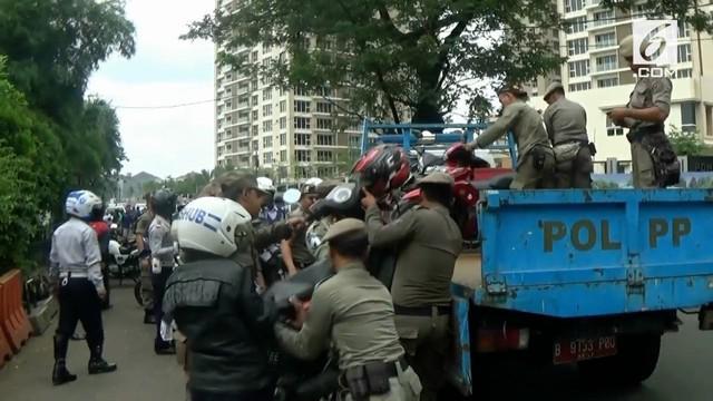 Sejumlah motor diangkut petugas Satpol PP, pemilik berusaha merebut kembali motornya.