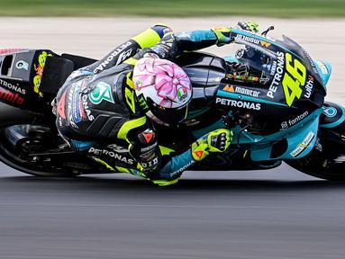 Pebalap asal Italia, Valentino Rossi, merupakan salah satu pebalap yang terkenal dengan penampilan nyentrik. Termasuk penggunaan helm dengan desain unik dan spesial di lintasan. (AFP/Andreas Solaro)