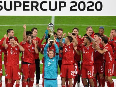 Pemain Bayern Munchen merayakan gelar juara Piala Super Jerman setelah menang atas Borussia Dortmund pada laga di Allianz Arena, Kamis (1/10) dini hari WIB. Bayern Munich sukses meraih trofi juara Piala Super Jerman 2020 berkat kemenangan 3-2 atas Borussia Dortmund. (Andreas Gebert/Pool via AP)