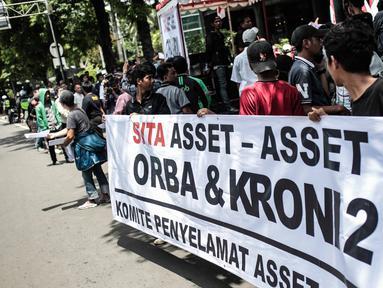 Massa yang tergabung dalam Komite Penyelamat Asset Negara menggelar unjuk rasa di Gedung Granadi, Jakarta, Senin (17/12). Dalam aksinya, mereka Menuntut penyitaan sejumlah aset milik Yayasan Supersemar, termasuk Gedung Granadi (Liputan6.com/Faizal Fanani)