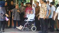 Wali Kota Risma keluar Rumah Sakit. (Liputan6.com/Dian Kurniawan)