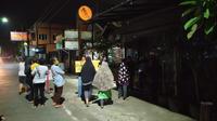 Penampakan salah satu kedai kopi di Kota Cirebon ditutup paksa oleh emak-emak merespon penerapan PSBB. Foto (Liputan6.com / Panji Prayitno)