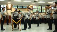 Irjen Idham Azis menandatangani dokumen serah terima jabatan disaksikan Kapolri Jenderal Tito Karnavian di Rupatama Mabes Polri, Rabu (26/7). Idham Azis dilantik sebagai Kapolda Metro Jaya menggantikan Irjen Mochamad Iriawan. (Liputan6.com/Faizal Fanani)