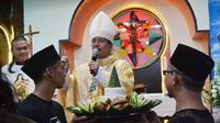 Pegiat NU lintas organisasi menyerahkan sembilan tumpeng dalam Ultah ke-9 Paroki Majenang, di Gereja Santa Theresia. (Foto: Liputan6.com/Lesbumi CLP/Muhamad Ridlo)