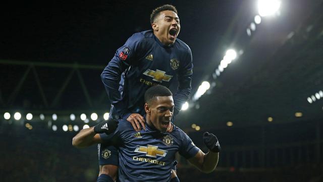 Gelandang Manchester United, Anthony Martial, merayakan gol yang dicetaknya ke gawang Arsenal bersama Jesse Lingard. (AFP/Ian Kington)