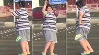 Seorang remaja yang tak disebutkan namanya ini, ditangkap kepolisian Jeddah setelah dianggap mengganggu ketertiban umum karena menari macarena di tengah jalan (Twitter/@Ahmed)