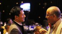 Rio Haryanto (kiri) berbincang dengan Helmy Sungkar saat menerima penghargaan pada acara IMI Awards di Hotel Borobudur, Jakarta, Kamis (17/12/2015). (Bola.com/Nicklas Hanoatubun)