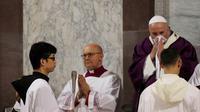 26 Februari 2020, Paus Fransiskus menyeka hidungnya saat Misa Rabu Abu di dalam Basilika Santa Sabina di Roma. Gregorio Borgia (AP)