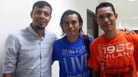 Trio Timnas Indonesia Primavera, Sugiantoro, Nurul Huda, dan Anang Ma'ruf memanfaatkan laga legenda Persebaya untuk bereuni.