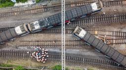 Gambar udara memperlihatkan regu penyelamat berada di lokasi tergelincirnya kereta metro atau Mass Transit Railway (MTR) di Stasiun Hung Hom, Hong Kong, Selasa (17/9/2019). Gangguan pada jaringan yang biasanya lancar itu biasa digunakan hampir enam juta orang setiap hari kerja (Anthony WALLACE/AFP)