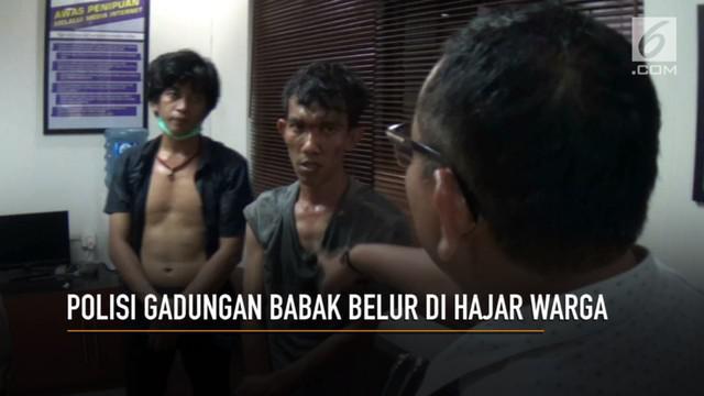 Dua anggota polisi narkoba gadungan babak belur di hajar warga, saat mencoba melakukan rekayasa penangkapan terhadap dua pemuda tanggung, di jalan paseban, Senen, Jakarta Pusat.