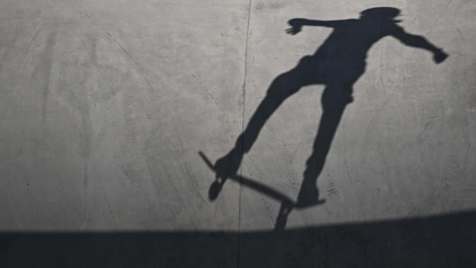 Bayangan dari atlet skateboard putri peserta Olimpiade Tokyo 2020 saat bertanding di Ariake Sports Park Skateboarding, Tokyo, Rabu (4/8/2021). (Foto: AFP/Lionel Bonaventure)