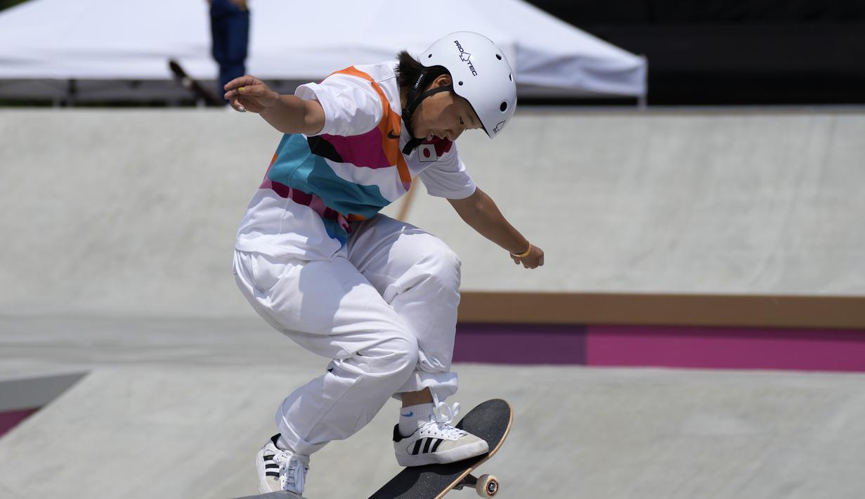 Skater Jepang Momiji Nishiya bertanding dalam final street skateboarding putri Olimpiade Tokyo 2020 di Tokyo, Jepang, 26 Juli 2021. Nama Momiji Nishiya meroket usai meraih medali emas di cabang olahraga skateboarding Olimpiade Tokyo 2020. (AP Photo/Ben Curtis)
