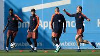 Para pemain Barcelona menggelar sesi latihan jelang laga final Copa del Rey di Joan Gamper, Barcelona, Jumat (20/4/2018). Barcelona akan berhadapan dengan Sevilla. (AFP/Lluis Gene)